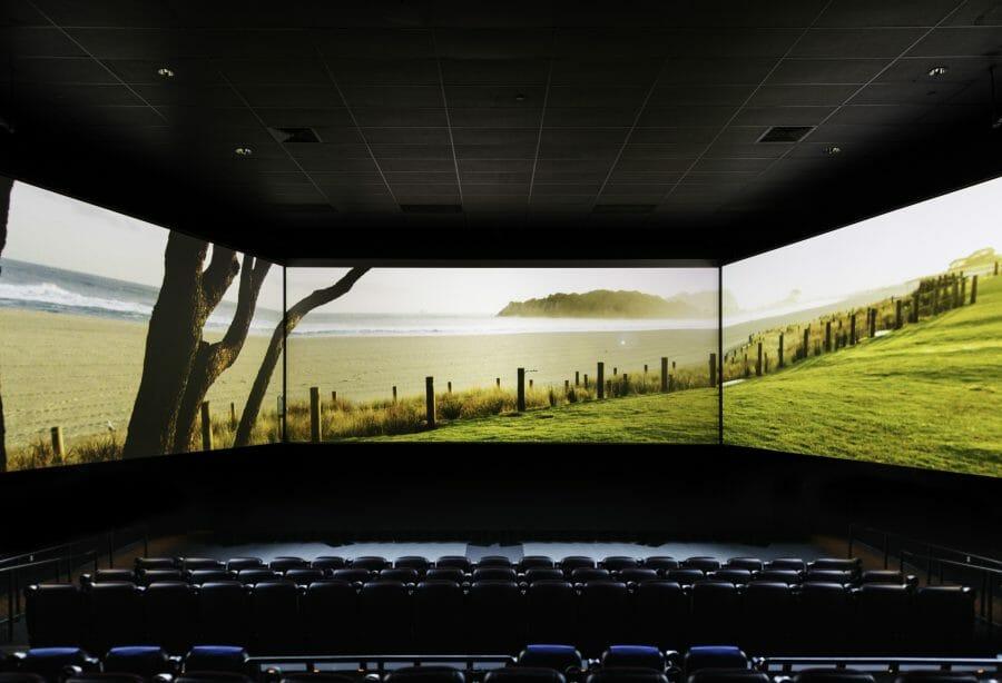 Barco Escape/ Новый формат кинотеатров с тремя экранами появится в Канаде.
