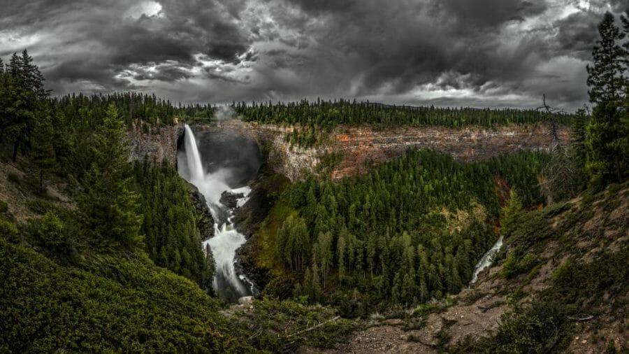 попасть в Парк штата Уэллс Грей (Wells Gray Provincial Park). В этом месте вы увидите сюрреалистическую красоту и уединитесь в природой. Очень впечатляюще!