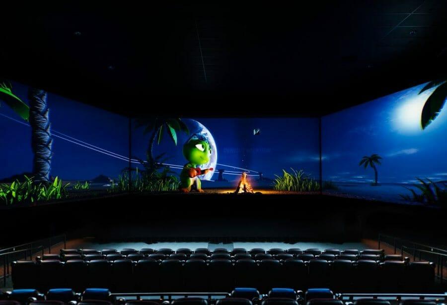 Новый формат кинотеатров с тремя экранами появится в Канаде. Barco Escape