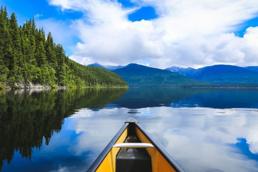 Обязательно посетите живописное озеро под названием Murtle Lake, где вы сможете покататься на байдарках или каноэ