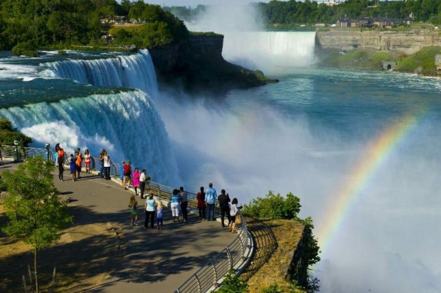 Если вы собираетесь поехать на Ниагарский водопад, то ловите отличную новость! Теперь там появилось новое крутой аттракцион – канатная дорога, проходящая над канадской частью этого чуда природы. Развлечения в Канаде