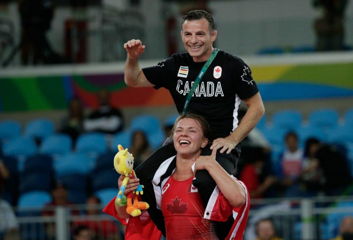 Эрика Вибе несет своего тренера после того, как выиграла золотую медаль Олимпиады в Рио-де-Жанейро. Итоги выступления Канады на Олимпиаде в Рио