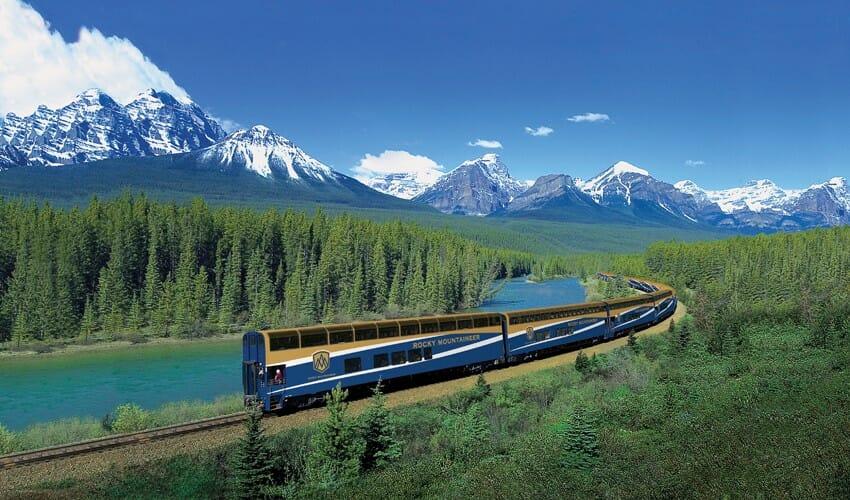 Поезд Rocky Mountaineer Train идет два дня из Ванкувера до Банфа, через Rocky Mountains. Круглый год, невзирая на погоду – мимо ледников, скалистых гор, живописных озер и рек. У вас будет хорошая возможность увидеть медведей, лосей и оленей.
