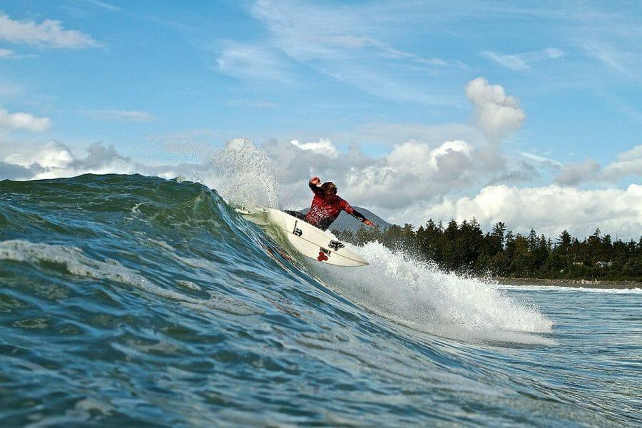 Серфинг в Тофино, Британская Колумбия. В Тофино расположено большое количество серфинговых клубов. Они предлагают начинающим серфингистам как 2-часовые уроки, так и 5-дневные обучающие лагеря.
