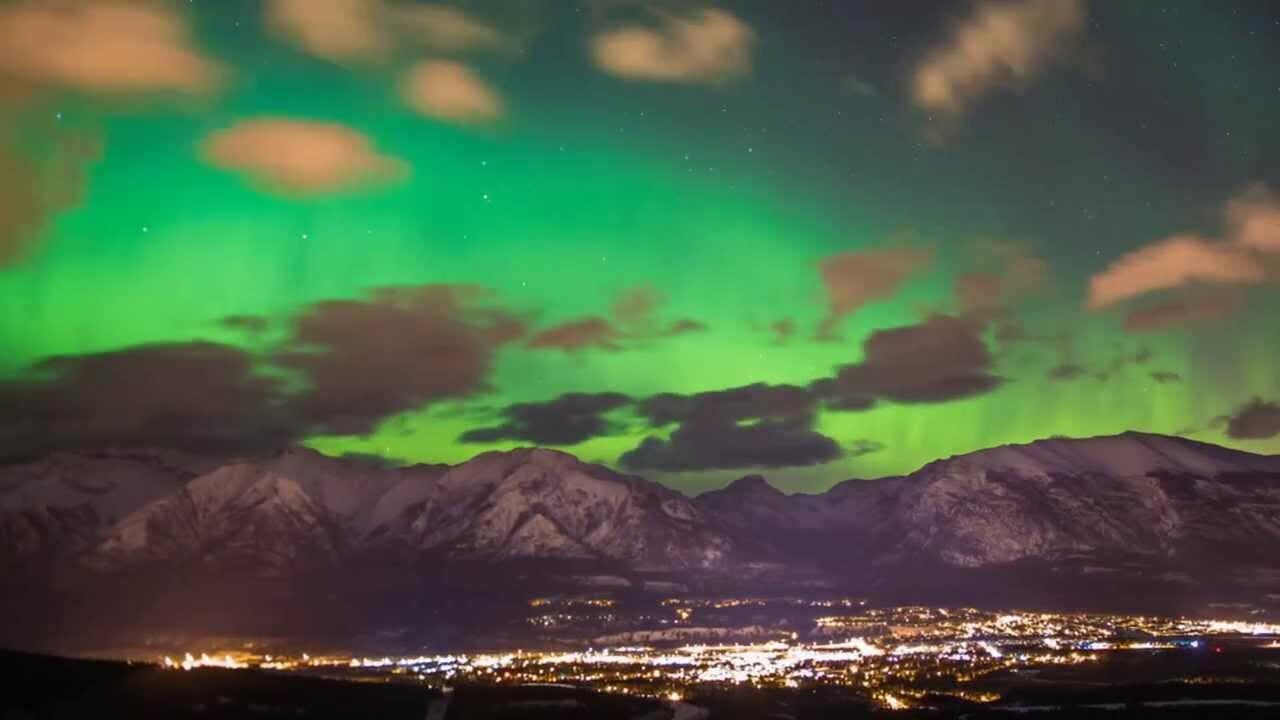 Захватывающее видео: северное сияние над канадскими скалистыми горами
