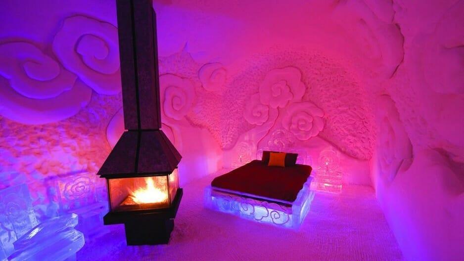 ледяной отель, необычные отели Канады, красивый отель, кровать из льда