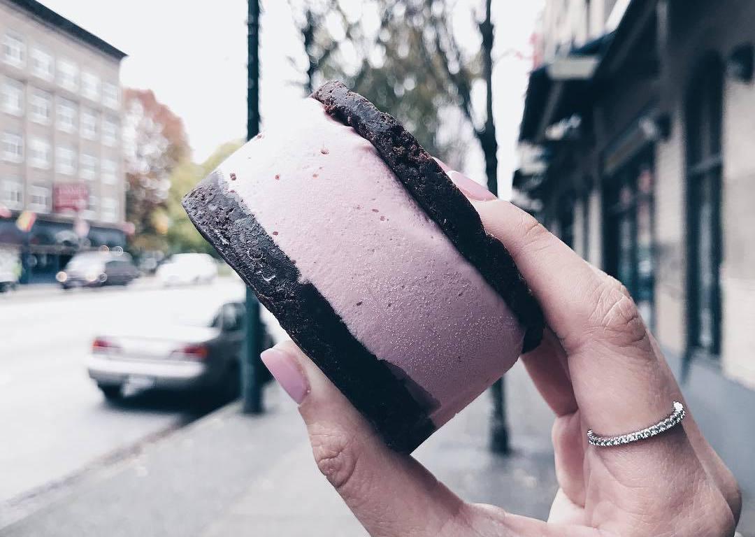сэндвич из мороженого, еда Ванкувер, кафе Ванкувера, Lisa Lou's Chocolate Bar