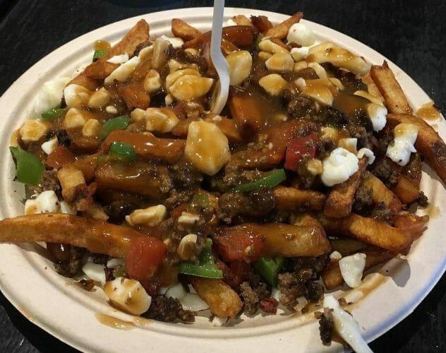 блюдо путин, картошка фри и сыр, Канада, национальная еда, Ванкувер