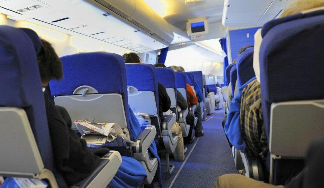 В США пассажира объявили лишним и выволокли из самолета