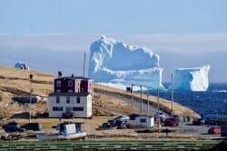 массивный айсберг в Канаде