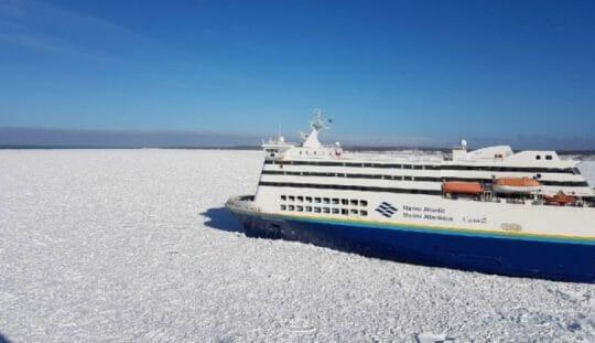 пассажирский паром застрял во льдах