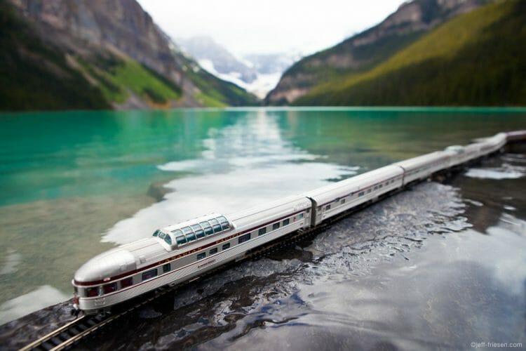 поезд путешествует по Канаде