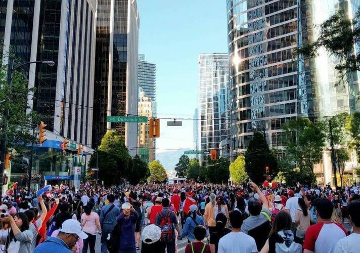 парад ко дню Канады в Ванкувере