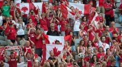 канадцы с флагами