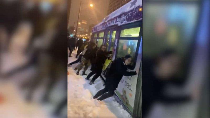 толкают автобус
