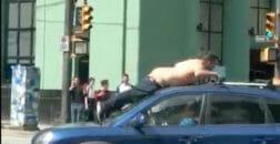 голый прыгнул на машину